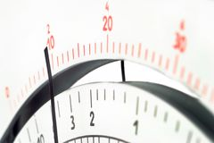 Parallell skala för måtthjälpmedelmultimeter med pekaren arkivfoto