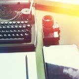 Parallell skrivmaskin, Digital minnestavla och filmkamera på den gröna tabellen, bästa sikt med solsken Journalistikhandstilbegre fotografering för bildbyråer