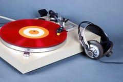Parallell stereo- skivtallrikvinylskivspelare med den röda skivan och honom arkivbild