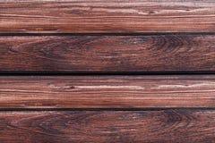Parallelle donkere bruine raad met lijnen natuurlijk patroon van doorstaan hout stock afbeelding