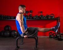 Parallettes人在健身房的双杠锻炼 库存照片