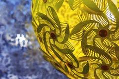 Paralume rotondo giallo nella lampada moderna fotografia stock