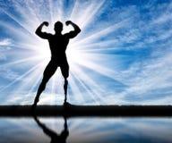 Paralympic-Bodybuilder mit Prothese und wird im Wasser reflektiert Stockfotografie
