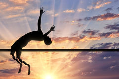 Paralympic a handicapé avec des sauts prosthétiques au-dessus de barre transversale Photographie stock