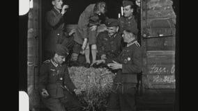 Paramédico alemán Soldiers Sharing una cerveza