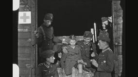 Paramédico alemão Soldiers And uma cerveja bebendo da menina