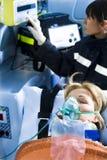 Paramédico com paciente Fotografia de Stock Royalty Free