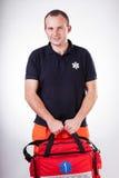 Paramédico con el equipo de primeros auxilios imagenes de archivo
