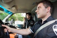 Paramédico con la radio en ambulancia Imagen de archivo