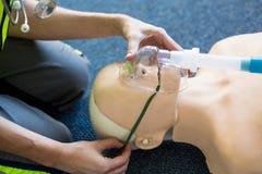 Paramédico de sexo femenino durante el entrenamiento de la resucitación cardiopulmonar imagen de archivo libre de regalías