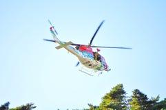 Paramédico en la acción en el helicóptero del rescate Fotografía de archivo libre de regalías