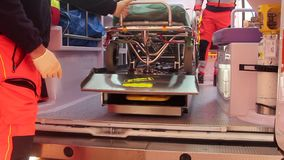 Paramédico en la ambulancia metrajes