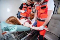 Paramédico que veste uma ferida Fotografia de Stock