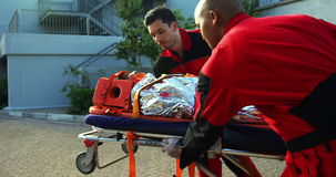 Paramédicos que acometen a un paciente en emergencia almacen de video