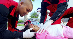 Paramédicos que examinam a menina ferida vídeos de arquivo
