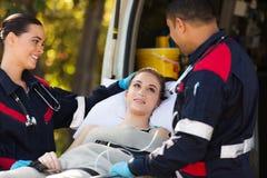 Paramédicos que falam o paciente imagem de stock royalty free