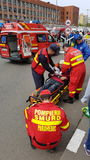 Paramédicos que ocupam do paciente Imagem de Stock Royalty Free
