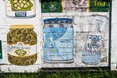 PARAMARIBO, SURINAM - 6 AGOSTO 2015: Pubblicità dipinte a mano sulle pareti di Paramaribo, capitale del Surinam immagine stock