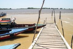 PARAMARIBO, SURINAME - 7 DE AGOSTO DE 2015: Embarcadero de madera cerca de Paramaribo, capital de Surina imagen de archivo libre de regalías