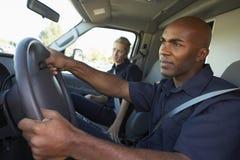 Paramedici die aan Noodsituatie in Ziekenwagen antwoorden stock fotografie