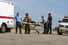 Paramedici die Slachtoffer op Brancard Vervoer Royalty-vrije Stock Fotografie