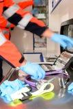 Paramedici precipitanti con le attrezzature mediche Immagini Stock