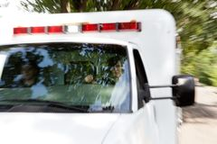 Paramedici in Verzendende Ziekenwagen Stock Foto