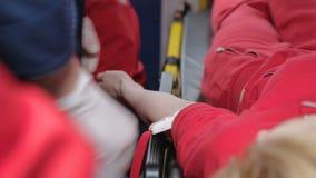 Paramedicinsk applicerande kompressor på den tålmodiga armen, innan att ta venöst blod för prov stock video