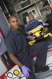 paramedicinskt patient förbereda sig att lasta av Arkivfoto