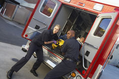 paramedicinskt patient förbereda sig att lasta av Royaltyfri Bild