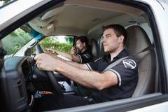 Paramedico in ambulanza che comunica sulla radio Fotografia Stock