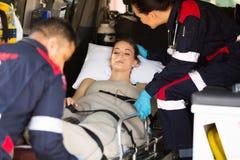 Paramedico che conforta paziente fotografia stock