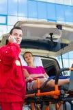 Paramedico che prende cura di un paziente femminile Fotografie Stock