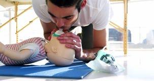 Paramedico durante l'addestramento di respirazione bocca a bocca video d archivio