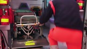 Paramedico sull'ambulanza archivi video