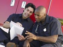 paramedics ασθενοφόρων που κάθεται δύο τους Στοκ Φωτογραφία