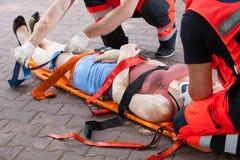 Paramedics που παίρνει τη γυναίκα στο νοσοκομείο Στοκ Εικόνες