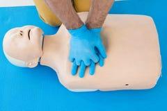 Paramedicus die cardiopulmonale reanimatie op model uitoefenen royalty-vrije stock foto's