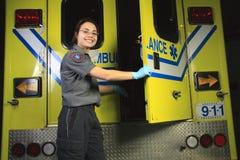 Paramedicus, die de deur van de ziekenwagen sluiten royalty-vrije stock afbeelding
