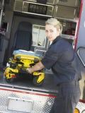 Paramedicus die gurney verwijdert uit ziekenwagen stock foto