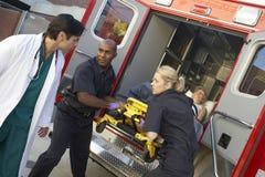 Paramedicus die patiënt voorbereidingen treft leeg te maken stock afbeelding