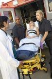 Paramedicus die patiënt voorbereidingen treft leeg te maken stock foto's