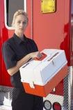 Paramedicus die zich door ziekenwagen met medische uitrusting bevindt stock afbeelding