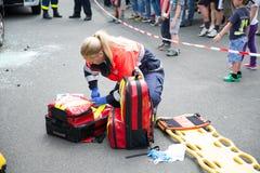 Paramedicus en de toeschouwers Stock Foto's