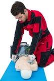 Paramedicus het praktizeren reanimatie op model Royalty-vrije Stock Afbeelding