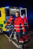 Paramedicus met team die verwonde patiënt bijstaan Royalty-vrije Stock Foto's