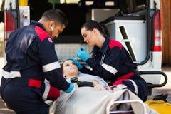 Paramedicusteam die pateint onderzoeken Royalty-vrije Stock Fotografie