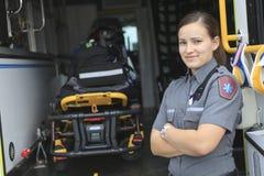Paramedicuswerknemer met ziekenwagen in royalty-vrije stock afbeeldingen