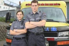 Paramedicuswerknemer met ziekenwagen in stock afbeeldingen