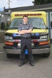 Paramedicuswerknemer met ziekenwagen royalty-vrije stock afbeelding